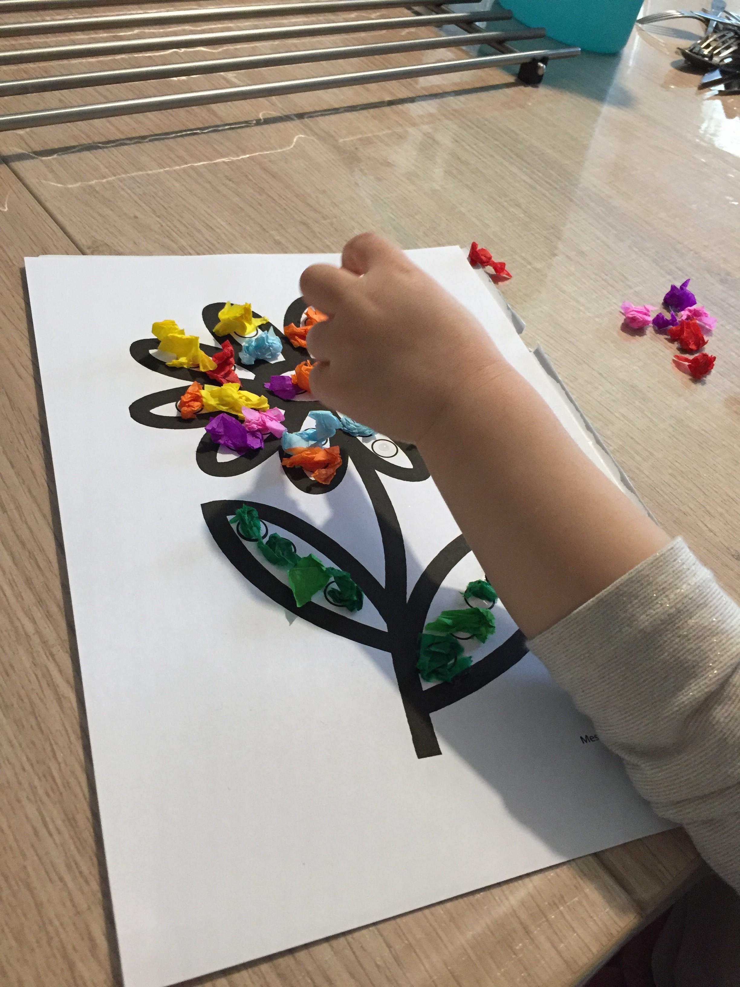 collage sur une fleur activité
