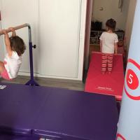 Gymnastique enfant barre fixe
