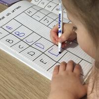 Apprendre à écrire Montessori lettres